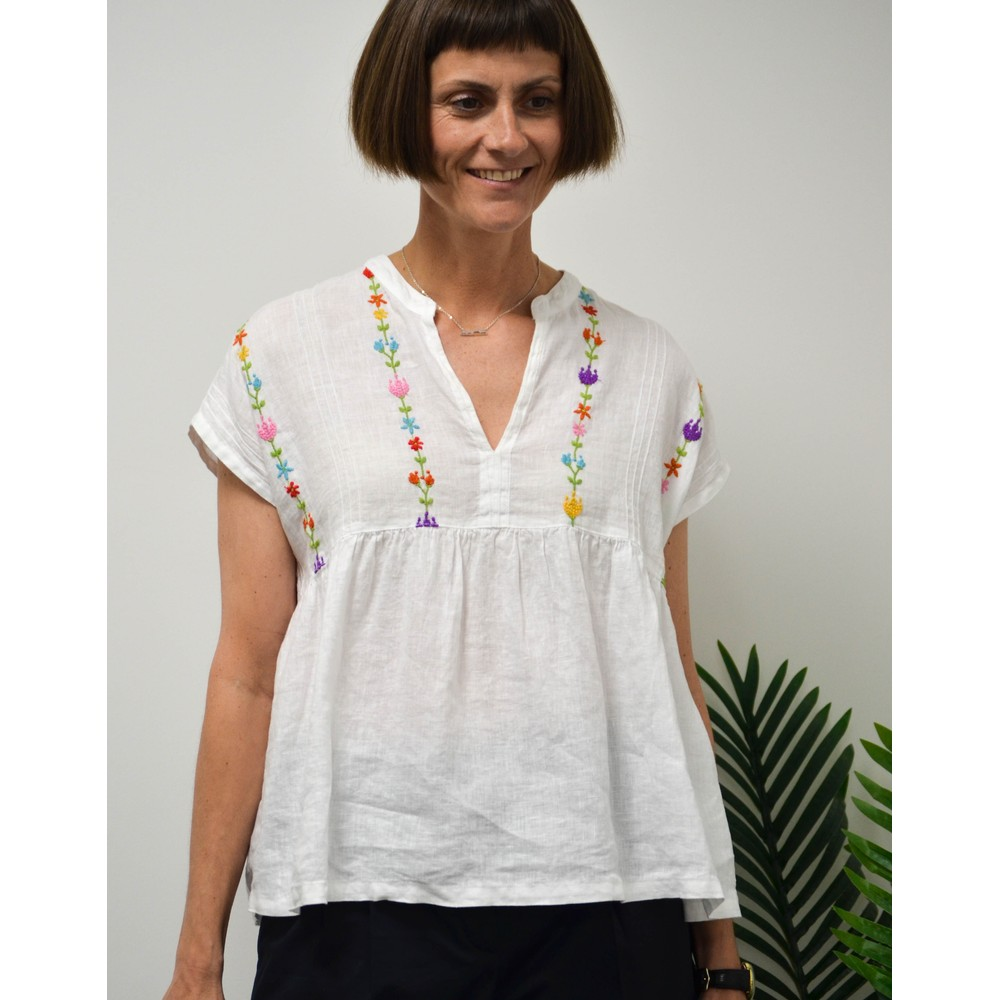 120% Lino S/L Emb Flowers Open V Top White/Multi